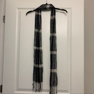 Fringed ends tie scarf